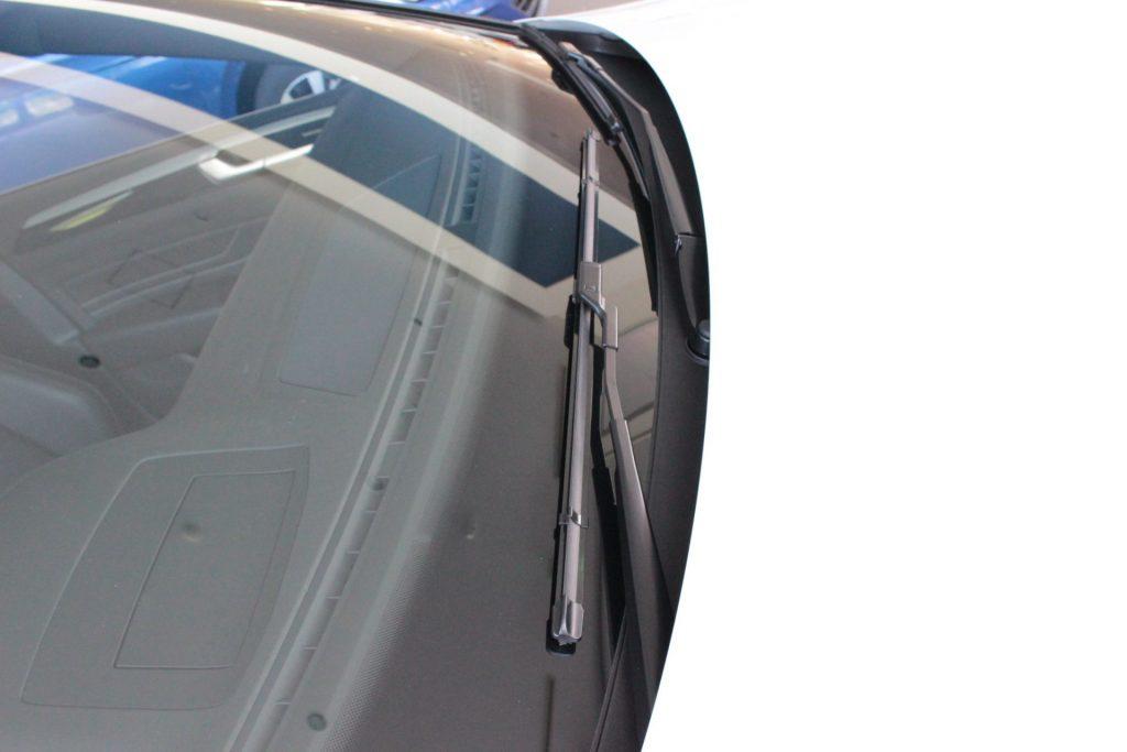 フォルクスワーゲンの多くの車は、ワイパーの付け根がボンネットより低く取り付けられています。